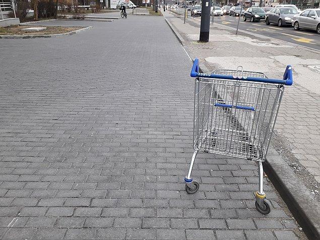 Tesco ju¿ nie ma, wózki zosta³y na ulicach