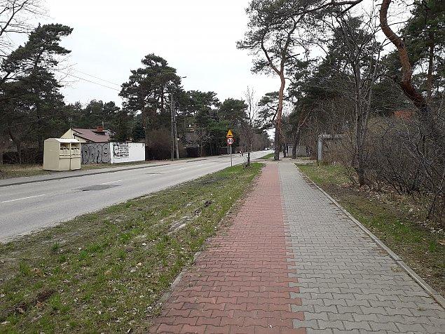 Najgorsza droga rowerowa Warszawy? Dziury i wystaj±ce korzenie w Miedzeszynie