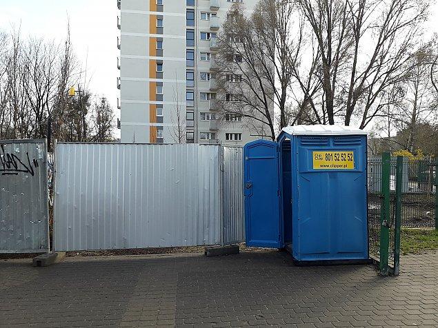 Trzy parki, zero toalet. Urzêdnicy ustawili toi-toie