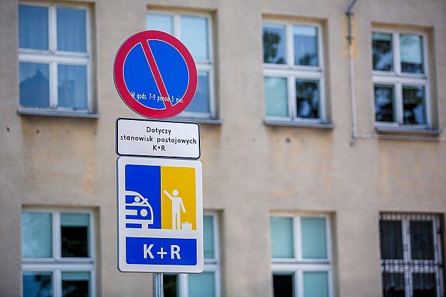 Spór o odwo¿enie dzieci do szkó³. Komu przeszkadzaj± parkingi kiss&ride?