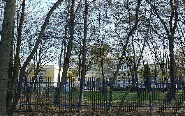 Blok zamiast drzew przed siedzib± IMGW przy Marymonckiej?