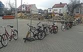 Rowerzy�ci czekaj� na parking przy stacji kolejowej
