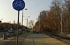 Brak chodnika i tylko droga dla rower�w. Wolno chodzi�?
