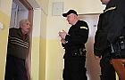 Udaj�c policjanta wyciagn�� od staruszka �wier� miliona