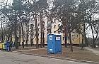 Miasto upstrzone niebieskimi budami