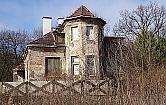 Zabytkowa willa na Bielanach to kompletna ruina