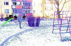 Wnerwi³ siê i buduje plac zabaw