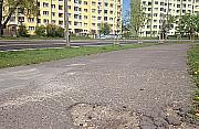 Handlowa: samochód na równym, pieszy po kraterach