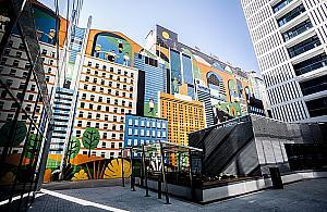 """Mural, """"gorseciki"""" i auta na pr±d. Nowy biurowiec w Warszawie"""