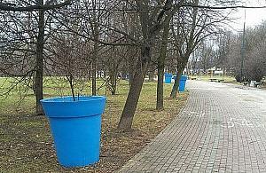 """Plastikowe donice stanê³y w parku. """"Straszny kicz"""""""