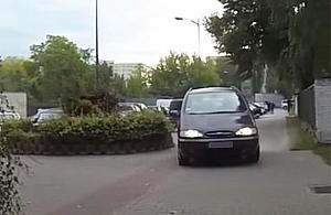Samochód na chodniku, pieszy na masce