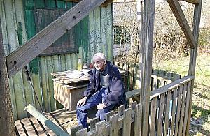 Bezdomny staruszek czeka na pomoc