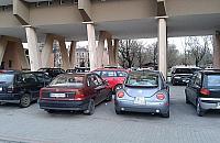 Walka o parking. Emeryt niszczy³ auta