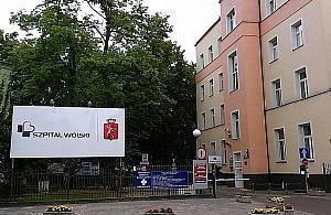 """W Szpitalu Wolskim odmówiono pomocy? """"Kobieta le¿a³a na ³awce"""""""