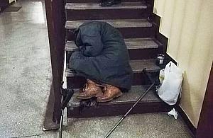"""Bezdomni na klatkach. """"Oni nie chc± pomocy"""""""