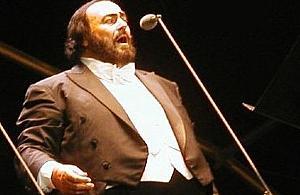 Pavarotti ponad podzia³ami. ¦piewak patronem ulicy