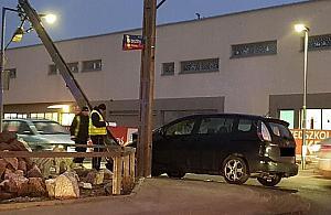 Ostródzka: auto na s³upie, trzy osoby ranne