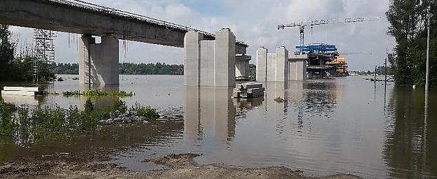 Fala dotar�a do Wawra. Budowa mostu wstrzymana
