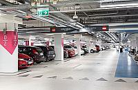Galeria P�nocna: parking czynny w nocy, auta przeczeka�y burz�