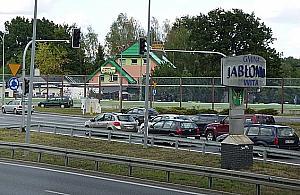 S�d kwestionuje kamery na rondzie w Jab�onnie