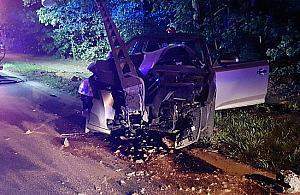 Straszny wypadek na Patriot�w. Auto uderzy�o w s�up