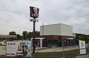 """KFC na ostatniej prostej. """"Zatrudnimy 45 os�b"""""""