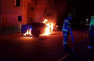 Nocny po�ar w Wawrze. Auto sp�on�o