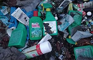 Nielegalne wysypisko odpad�w chemicznych blisko Wis�y. Kto to wyrzuci�?