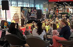 Przedstawienia dla dzieci. Galeria teatrzykami stoi