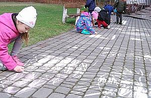"""Malowanie kred� po chodniku """"dewastacj�"""". Absurdalna reakcja ochrony osiedla"""