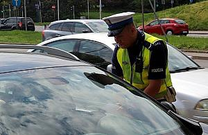 """Policjant wyrwa� kluczyki kierowcy. """"M�g� porozbija� auta"""""""
