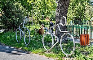 Pierwszy na Bielanach. Nietypowy parking dla rower�w