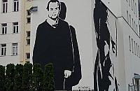 Wola ma kolejny mural. Na Warszaw� patrzy z g�ry Jacek Kuro�