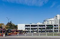 Olbrzymi parking przy Modli�skiej. Pasa�erowie przesi�d� si� do tramwaju