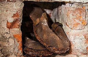 Niezwykłe znalezisko na Woli. Buty ukryte w ścianie
