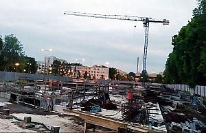 Rozgrzebana budowa przy stacji metra. Dwa hotele nadal aktualne?