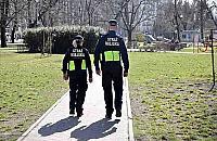 Dwóch nastolatków spędziło noc na ławce w parku Olszyna