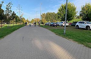Auta je¿d¿± przez park Górczewska. Mieszkañcy chc± zmian