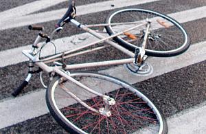 """Rowerzysta wjecha³ w samochód. """"Mia³ zawroty g³owy"""""""