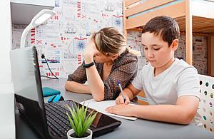 """Nauka online w praktyce. """"Jedne lekcje trwaj± 45 minut, inne pó³ godziny"""""""