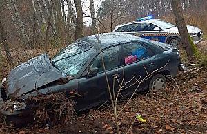 Auto porzucone w lesie na Bródnie. Ukradziono je niepe³nosprawnemu