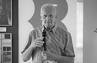 Zmar³ Witold Kon, wieloletni dyrektor biblioteki na Bielanach