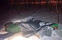 Bezdomny z Falenicy spa³ na siarczystym mrozie. Nie chcia³ do schroniska