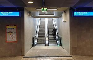 Dworzec Gdañski: ruchomymi schodami na peron. Czekali¶my 62 lata
