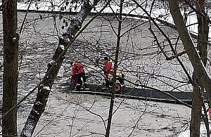 Akcja w parku Powstañców. Pod psem za³ama³ siê lód