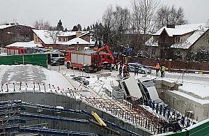 Dwa samochody wpad³y do wykopu na budowie stacji metra Zacisze