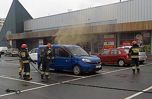Auto p³onê³o, gdy jego w³a¶ciciel by³ na zakupach w centrum handlowym przy Górczewskiej