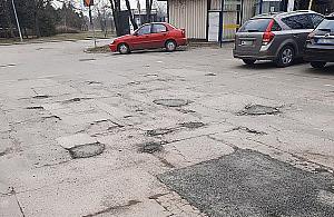 """Parking wstydu przy wieliszewskim urzêdzie. """"Dziura na dziurze, ³ata ³atê pogania"""""""