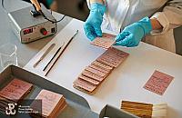 Anonimowy darczyñca zaskoczy³ muzeum. Przekaza³ prawie 400 legitymacji powstañców
