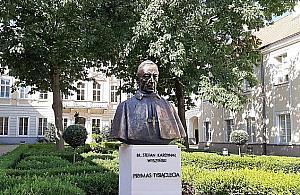 Nowy pomnik w Warszawie. Popiersie prymasa Wyszyñskiego ods³oniêto przy Miodowej